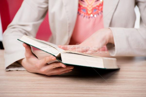 Giovani studente lettura libro preparazione esami Foto d'archivio © Elnur