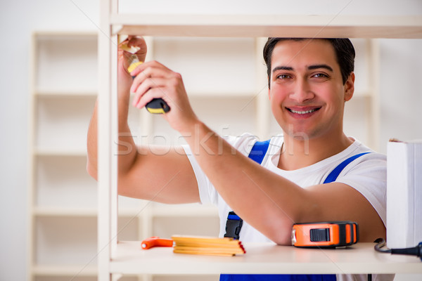 Werknemer man boekenplank gebouw home Stockfoto © Elnur
