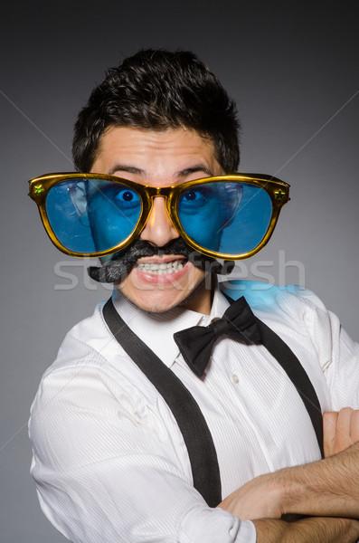 Foto stock: Jovem · caucasiano · homem · óculos · de · sol · cinza