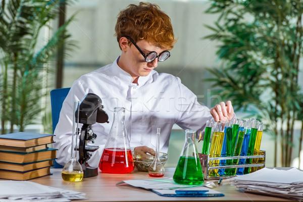 Jonge gek scheikundige werken lab glas Stockfoto © Elnur