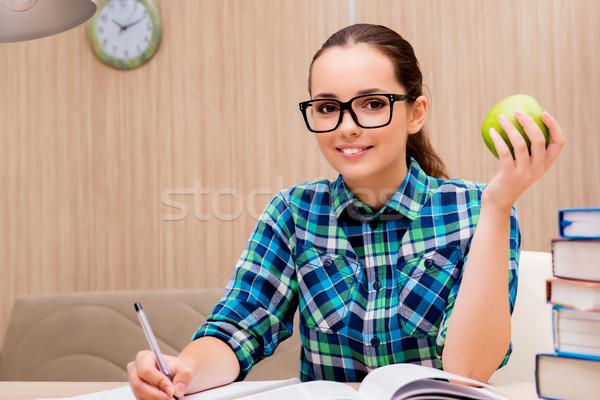 Stok fotoğraf: Genç · kadın · öğrenci · sınavlar · eğitim · yeşil