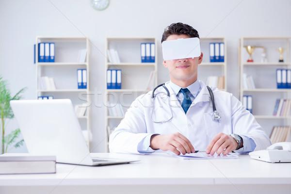 Giovani medico virtuale realtà auricolare lavoro Foto d'archivio © Elnur
