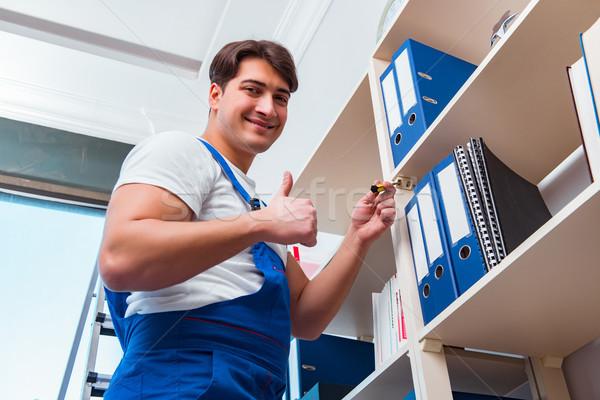 Masculina oficina limpia limpieza estantería hombre Foto stock © Elnur