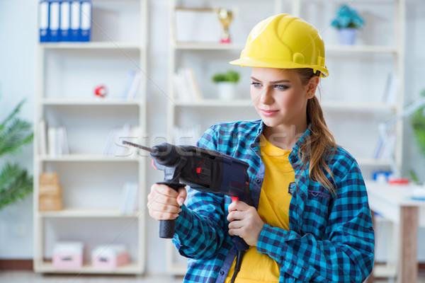 Donna workshop perforazione trapano casa muro Foto d'archivio © Elnur