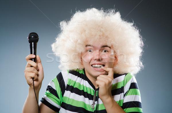 Człowiek śpiewu strony szczęśliwy tle mikrofon Zdjęcia stock © Elnur