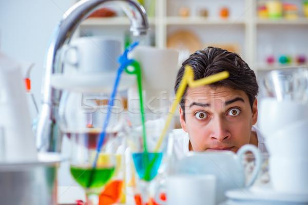 Uomo frustrato lavare piatti acqua lavoro Foto d'archivio © Elnur