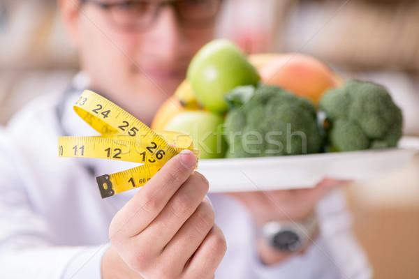 Orvos diétázás gyümölcsök zöldségek férfi orvosi Stock fotó © Elnur