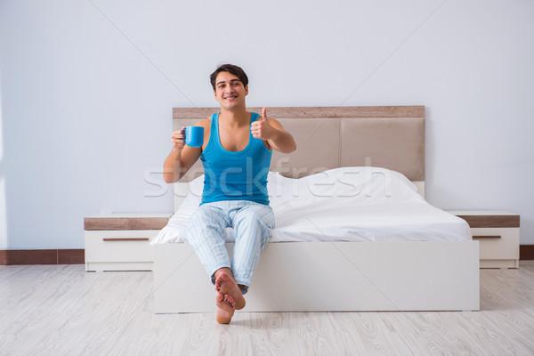 Fiatalember felfelé ágy kávé szoba ital Stock fotó © Elnur