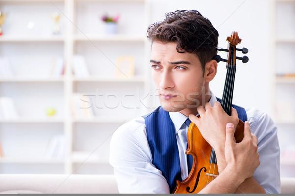 Giovani musicista uomo giocare violino Foto d'archivio © Elnur