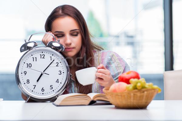 Foto stock: Jovem · café · da · manhã · manhã · mulher · sorrir · livro