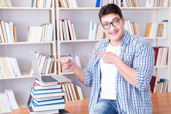 Jóvenes estudiante libros exámenes libro Internet Foto stock © Elnur