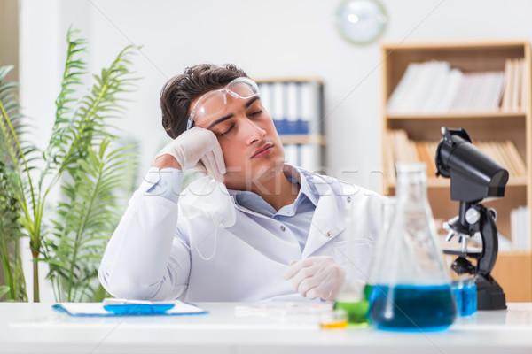 Médecin de sexe masculin travail laboratoire virus vaccin homme Photo stock © Elnur