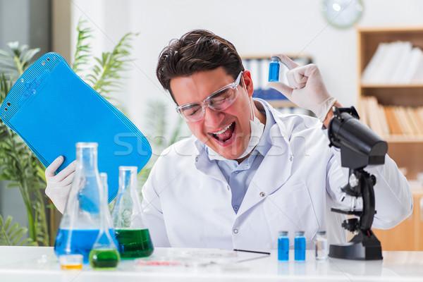 Médecin de sexe masculin travail laboratoire virus vaccin médecin Photo stock © Elnur