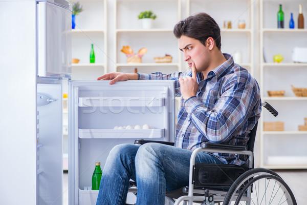 Jóvenes discapacidad herido hombre apertura nevera Foto stock © Elnur