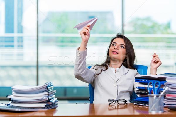 üzletasszony ül irodai asztal boldog munka diák Stock fotó © Elnur