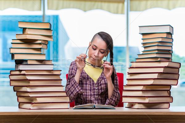 Jovem feminino estudante exames menina livros Foto stock © Elnur