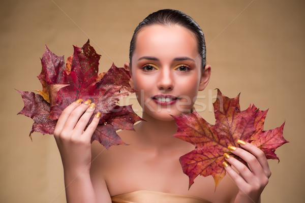 Mooie vrouw najaar drogen bladeren vrouw hand Stockfoto © Elnur