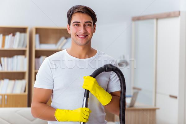 Hombre marido limpieza casa ayudar esposa Foto stock © Elnur