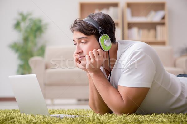 Szabadúszó dolgozik otthon zenét hallgat üzlet iroda Stock fotó © Elnur
