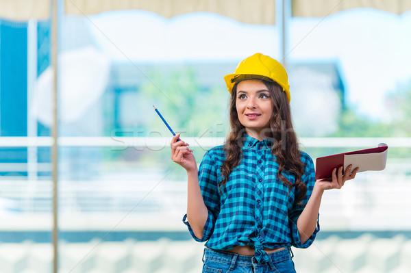 Femme constructeur prendre des notes construction affaires Photo stock © Elnur