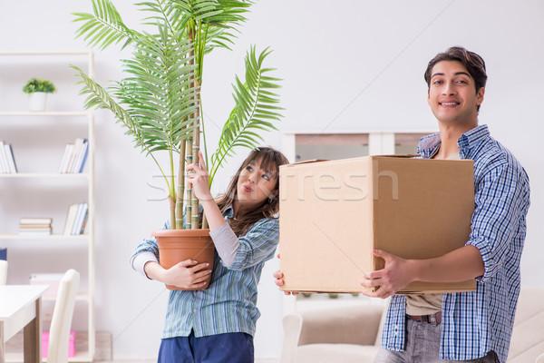 Jeunes famille déplacement nouvelle appartement payer Photo stock © Elnur