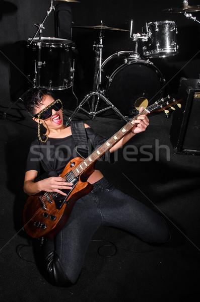 Zdjęcia stock: Młoda · kobieta · gry · gitara · koncertu · muzyki · strony