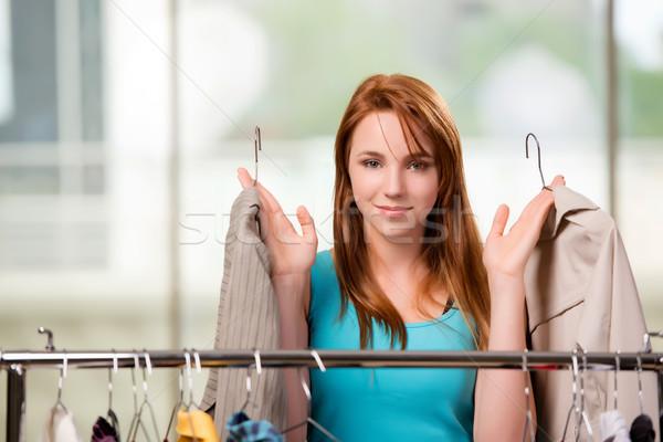 Vrouw kiezen kleding winkel glimlach kamer Stockfoto © Elnur