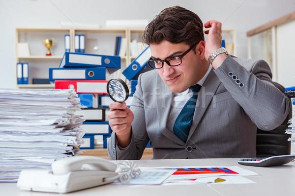 Maschio imprenditore lente di ingrandimento ufficio business carta Foto d'archivio © Elnur