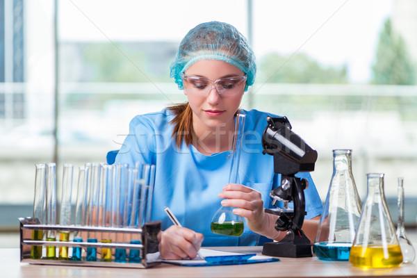 Jonge student werken chemische oplossingen lab Stockfoto © Elnur