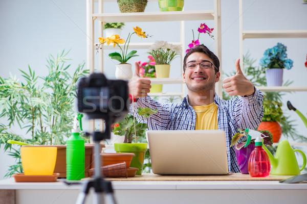 Hombre florista jardinero blogger disparo cámara de vídeo Foto stock © Elnur