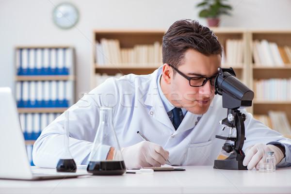 Químico engenheiro trabalhando Óleo lab Foto stock © Elnur
