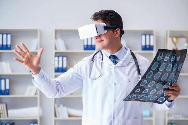 Jóvenes médico mirando mri escanear gafas Foto stock © Elnur