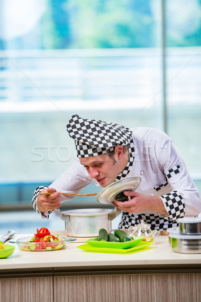 Homme Cook cuisine heureux restaurant Photo stock © Elnur