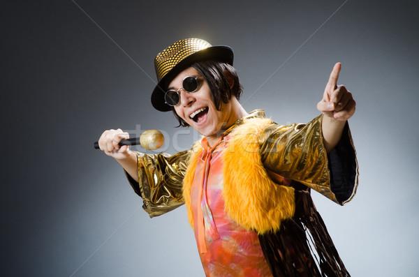 Jonge man zingen karaoke club microfoon rock Stockfoto © Elnur