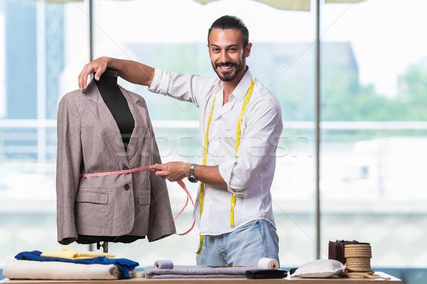 Jonge kleermaker werken nieuwe kleding ontwerp Stockfoto © Elnur