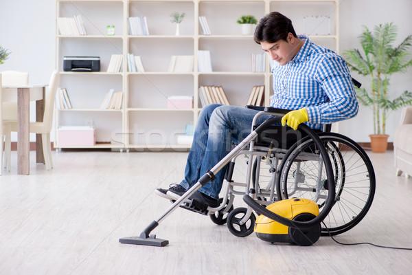 Handicapées homme nettoyage maison aspirateur maison Photo stock © Elnur