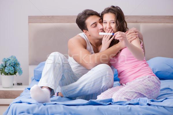 Jungen Familie Schwangerschaftstest Ergebnisse glücklich Paar Stock foto © Elnur