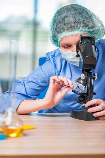 Ervaren lab assistent werken chemische oplossingen Stockfoto © Elnur