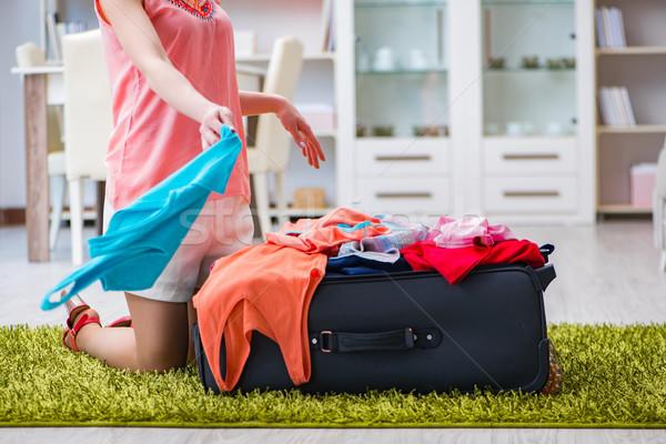 Vrouw geschikt alle kleding vakantie home Stockfoto © Elnur