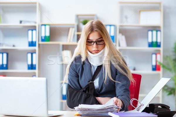 Sebesült női alkalmazott dolgozik iroda üzlet Stock fotó © Elnur