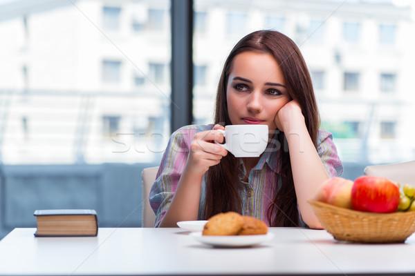 Zdjęcia stock: Młoda · dziewczyna · śniadanie · rano · uśmiech · domu · szkła