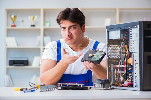 Számítógép szerelő javít asztali számítógép üzlet férfi Stock fotó © Elnur