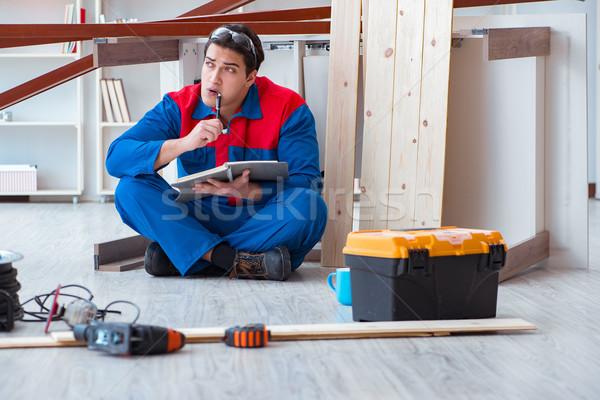 Jovem carpinteiro caderno escrita planejamento construção Foto stock © Elnur