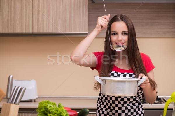 Genç kadın ev kadını çalışma mutfak kadın çalışmak Stok fotoğraf © Elnur