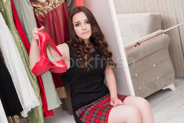 Foto stock: Mulher · jovem · escolher · roupa · noite · festa · casa