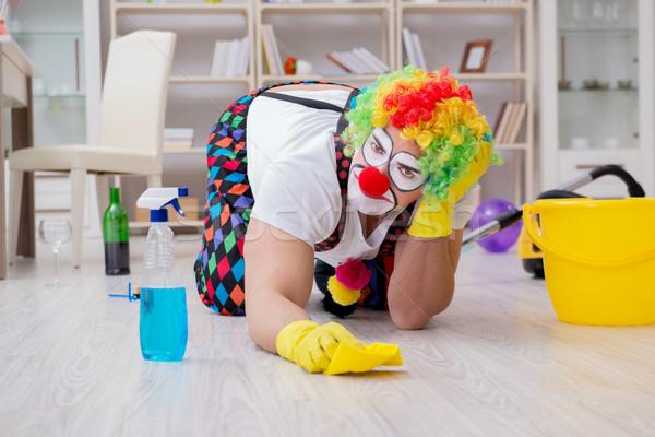 Funny clown czyszczenia domu strony człowiek Zdjęcia stock © Elnur