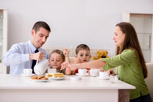 Szczęśliwą rodzinę śniadanie wraz domu żywności dzieci Zdjęcia stock © Elnur
