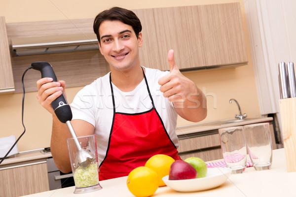 Zdjęcia stock: Przystojny · mężczyzna · pracy · kuchnia · szczęśliwy · jabłko · zdrowia
