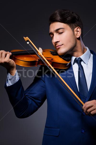Fiatalember játszik hegedű sötét szoba háttér Stock fotó © Elnur