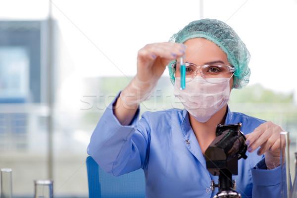 Femme chimiste travail laboratoire eau médicaux Photo stock © Elnur